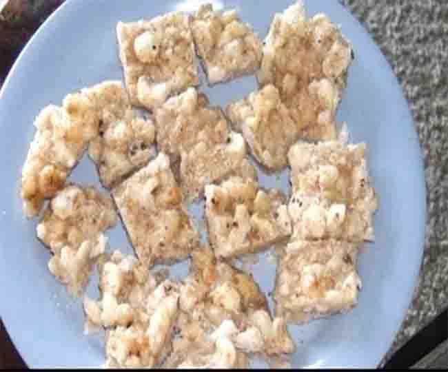 व्रत में खाना है मीठा तो जरूर बनाये मखाना चिक्की