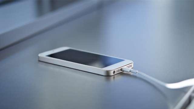 इस तरह कुछ ही मिनटों में कर सकते हैं अपना स्मार्टफोन चार्ज, अपनाएं ये तरीका