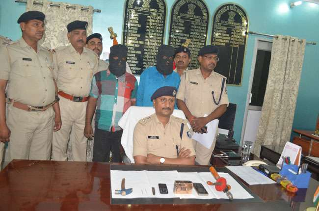 52 लाख रुपये के सोने की ईंट छुपाकर ले जा रहे थे तस्कर, हुए गिरफ्तार