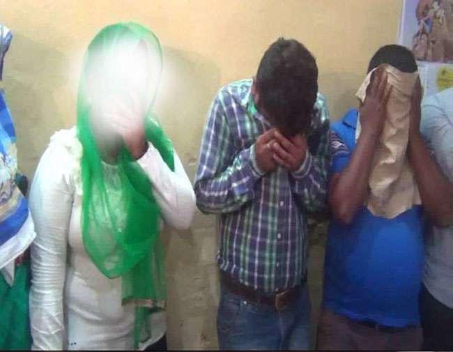 सेक्स रैकेट: एक लड़की, एक महिला सहित 3 लोगों को पुलिस ने रंगे हाथों पकड़ा