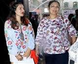 गोविंदा की खूबसूरत डॉटर टीना जब मॉम सुनीता के साथ निकलीं आउटिंग पर, देखें तस्वीरें