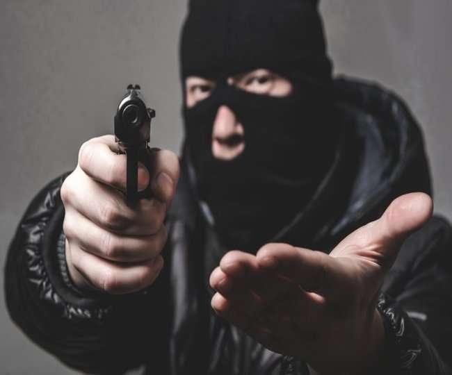 आगरा में बेखौफ हुए अपराधी, सिपाहियों पर तमंचा तान मोबाइल लूटा