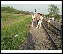 रेल पटरी के बगल से अज्ञात महिला का शव बरामद