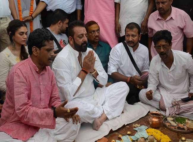 पितृपक्ष में विधि के अनुसार संजय दत्त ने बनारस जाकर किया पिता सुनील दत्त का श्राद्ध, देखें तस्वीरें