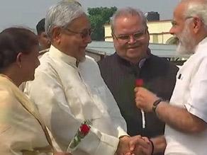 जब हाथों में लाल गुलाब लेकर पीएम मोदी से मिलने पहुंचे सीएम नीतीश, देखें तस्वीरें...