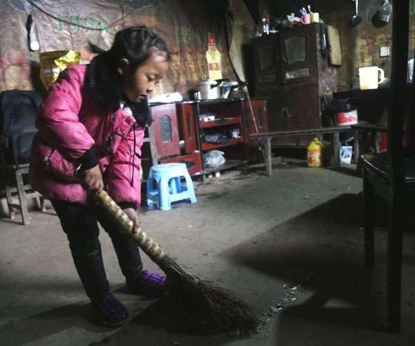 अकेले ही घर संभालती है पांच साल की ये नन्ही बच्ची