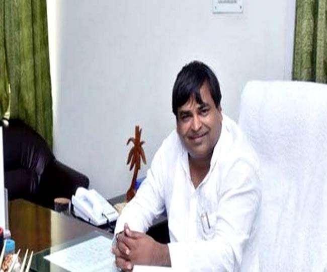 रेप के आरोपी और यूपी के पूर्व मंत्री गायत्री प्रजापति लखनऊ से गिरफ्तार