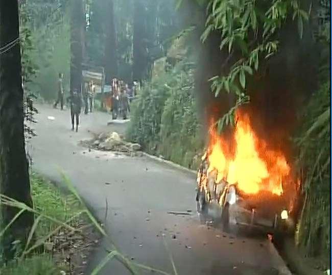 दार्जिलिंग: GJM कार्यकर्ताअों का उपद्रव, मीडिया वाहन व थाने में लगाई अाग; किया पथराव