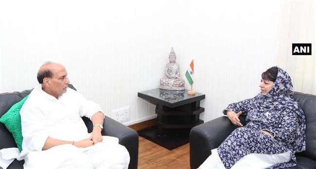 गृहमंत्री से मिलीं महबूबा, कहा- जंग में जीत के लिए चाहिए पूरे मुल्क का साथ