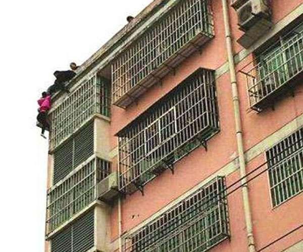 पत्नी ने 7वीं मंजिल से लगाई छलांग, पति ने चोटी पकड़कर बचाया