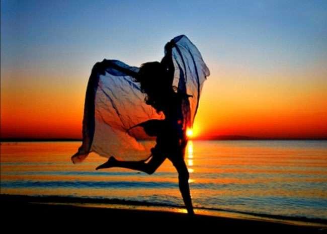हम खुशी पाने के लिए हर संभव कोशिश करतें हैं, फिर खुशी गायब हो जाती है