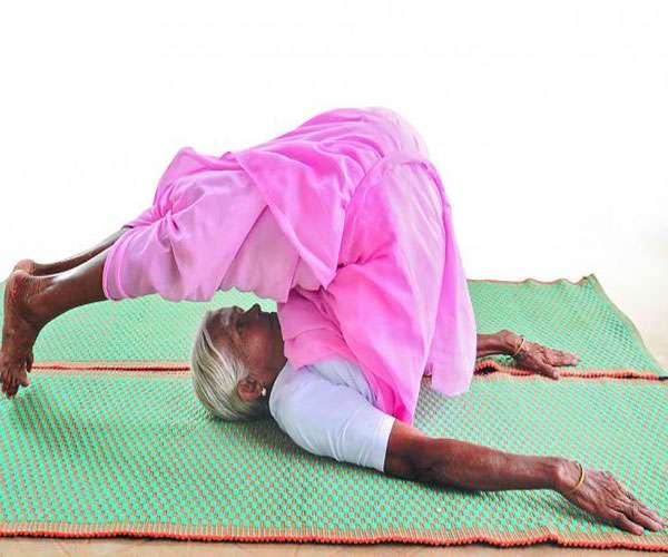 देश की सबसे वृद्ध योगा प्रशिक्षक 97 वर्ष की उम्र में भी आसानी से कर लेती हैं आसन