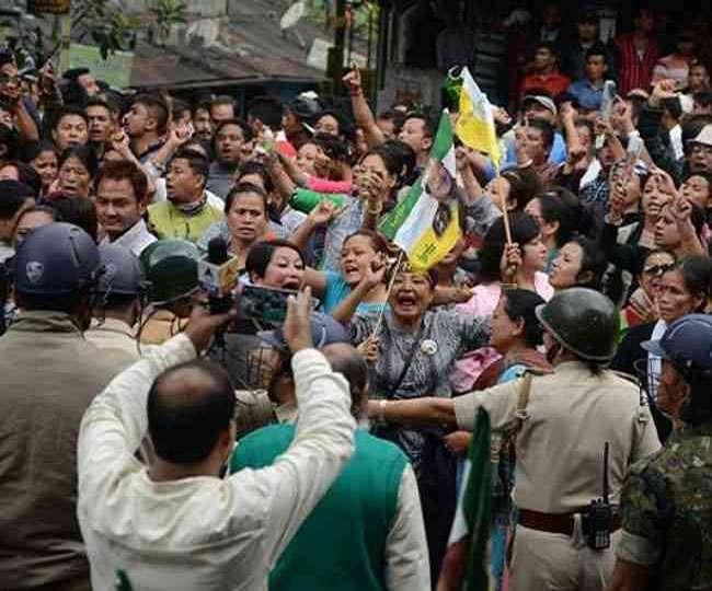 दार्जिंलिंग: बढ़ते तनाव के बीच प्रदर्शनकारियों ने स्वास्थ्य केंद्र में लगाई आग