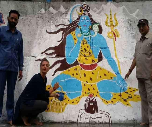 इटली की जार्जिया ने उत्तरकाशी में बनाई शिव की पेंटिंग