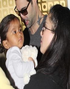 तस्वीरें: बेटी निशा और पति डेनियल संग एयरपोर्ट पर कुछ इस अंदाज़ में नज़र आईं सनी लियोनी