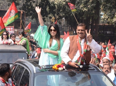 अभिनेत्री महिमा ने रोड शो कर अमिताभ के लिए मांगे वोट
