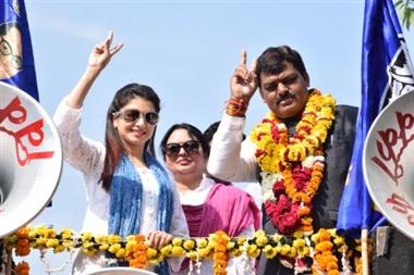 रोड शो कर भाग्यश्री ने मांगे निर्मल के लिए वोट