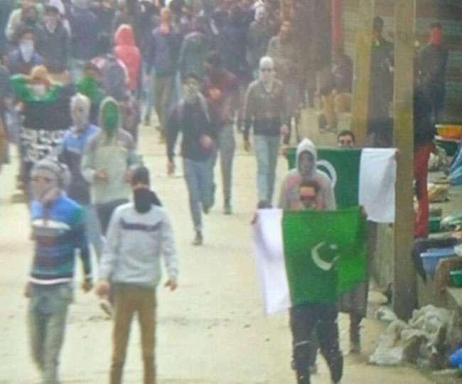 कश्मीर में फिर लहराए गए पाक व आइएस के झंडे