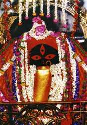 इस मंदिर में देवी की प्रतिमा में मां काली का मस्तक और चार हाथ नजर आते हैं
