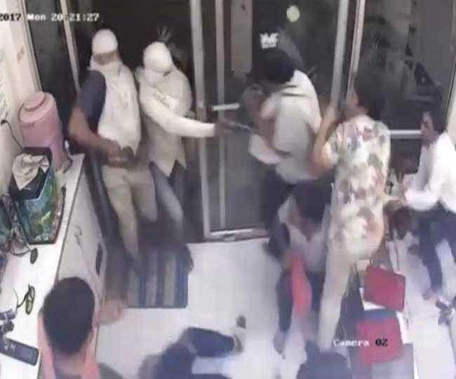 मथुरा में सर्राफा लूट कांड सीसीटीवी में कैद, तीन पुलिसकर्मी निलंबित