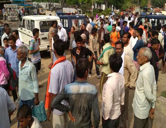 अलीगढ़ में एटीएम कर्मियों से 30 लाख रुपए की लूट, एक घायल