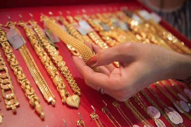 सोना एक बार फिर टूटा, जानिए 10 ग्राम के लिए अब देने होंगे कितने दाम