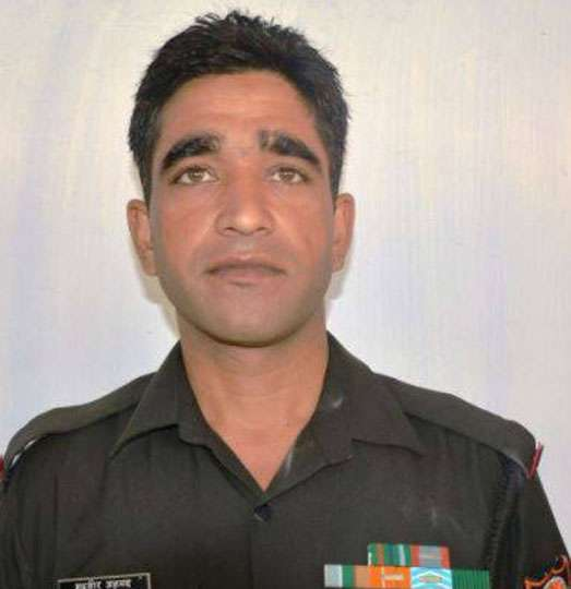 पाक फायरिंग में भारतीय जवान शहीद, डीजीएमओ के बीच हुई वार्ता