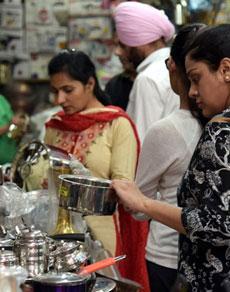 देखें तस्वीरेंः धनतेरस पर पंजाब में लोगों ने की जमकर खरीदारी