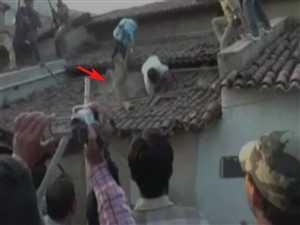देखिए छप्पर फाड़कर कैसे निकला तेंदुआ