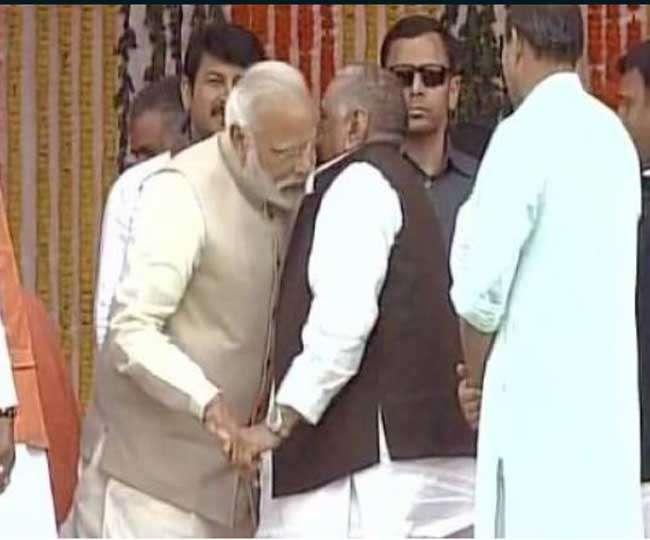PM के कान में क्या कह गए मुलायम, मोदी ने अखिलेश की पीठ भी थपथपाई