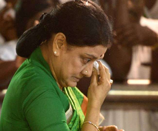 तमिलनाडु में राजनीतिक उठा-पटक, पार्टी से अलग किए गए शशिकला और दिनाकरण
