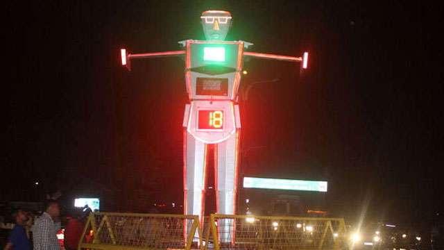 टेक्नॉलोजी का कमाल, रोबोट बना ट्रैफिक पुलिस