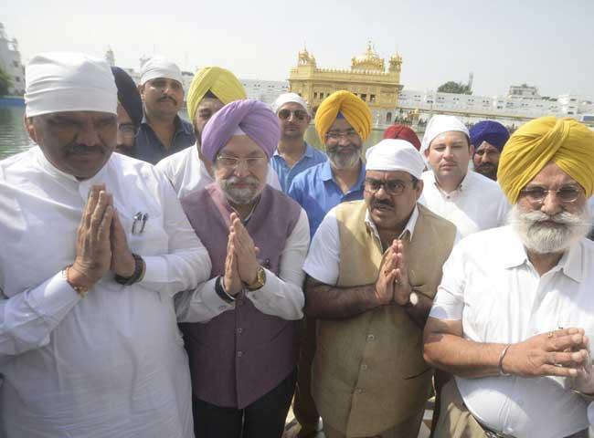 देखें तस्वीरें : श्री हरमिंदर साहिब पहुंचे केंद्रीय मंत्री हरदीप पुरी, कैप्टन के साथ करेंगे बैठक