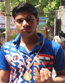 PICS: पहली बार वोटिंग कर कुछ इस तरह इतराए दिल्ली के युवा