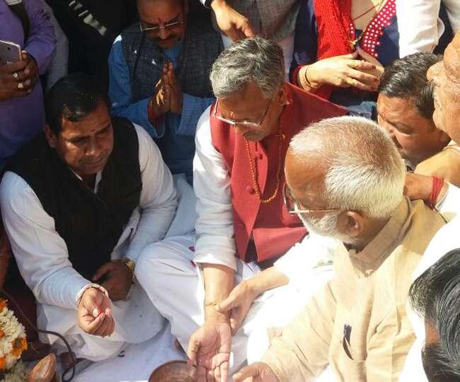 मुख्यमंत्री त्रिवेंद्र सिंह रावत मिले संतों से, गंगा आरती और घाट की सफाई की