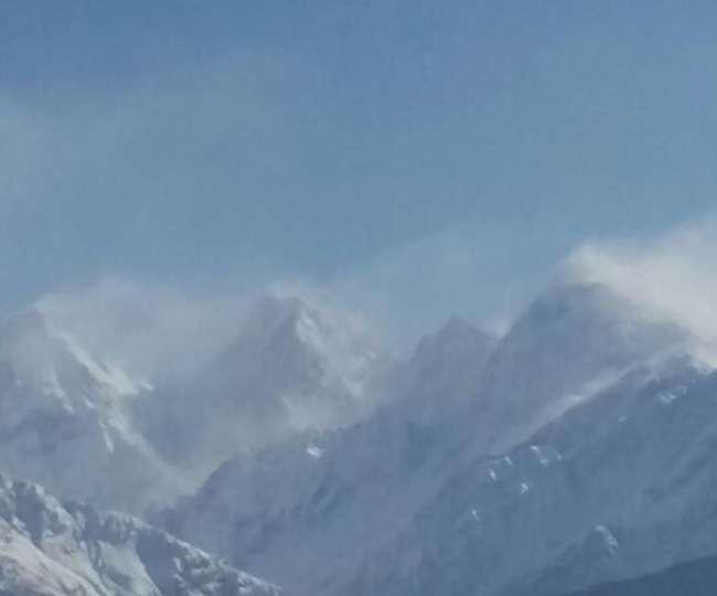 पिथौरागढ़ की पहाड़ियों में बर्फीले तूफान से छाई धुंध, जनजीवन सुरक्षित