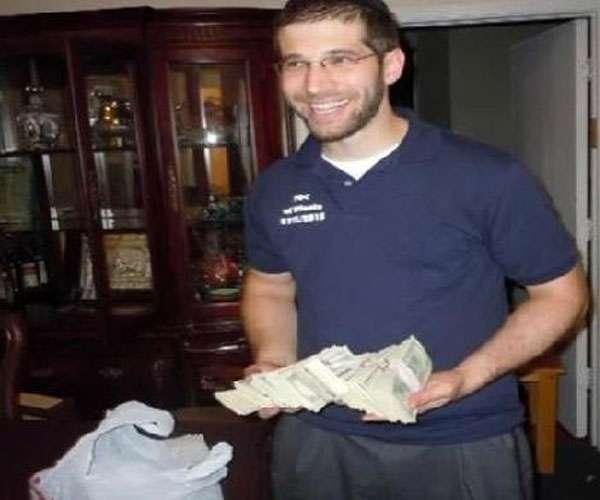 टेबल के अंदर से मिले 63 लाख रुपये, इस शख्स ने पेश की ईमानदारी की मिसाल