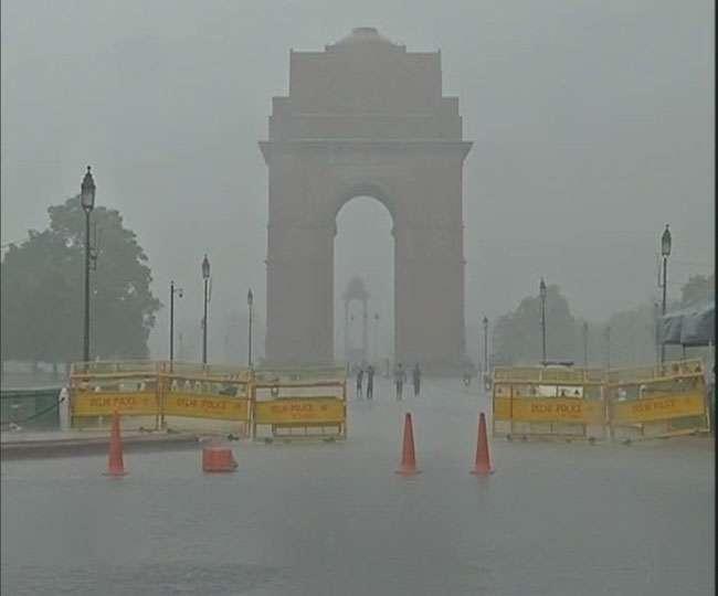 दिल्ली-NCR में झमाझम बारिश, मौसम हुआ सुहावना