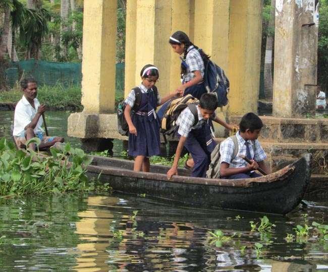 नदी नहीं रोक पाती पढ़ने की ललक, कोसी का सीना चीर स्कूल जाते हजारों बच्चे