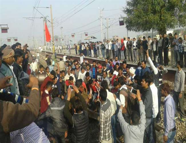 शिकोहाबाद में ट्रेन रोकने से नाराज यात्रियों ने किया प्रदर्शन