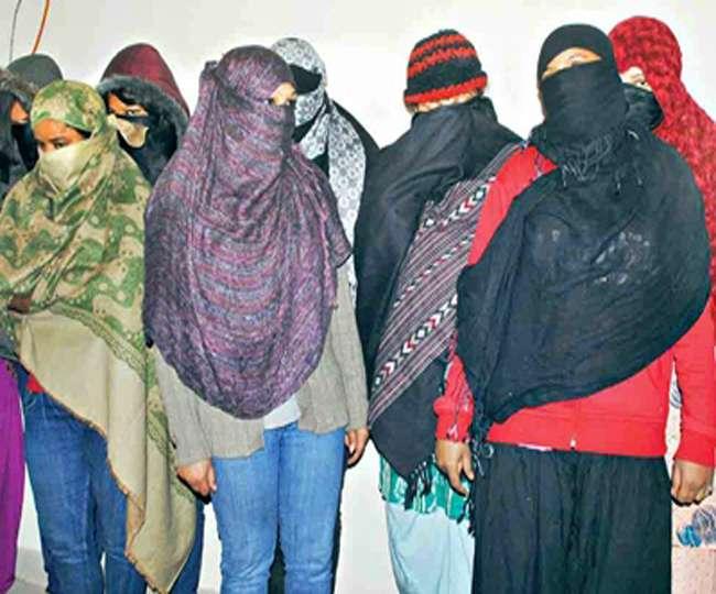 लखनऊ में मसाज पार्लर में छापा, दस लड़कियों समेत 16 गिरफ्तार