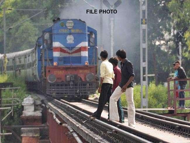 स्पीड से आ रही ट्रेन के साथ तीन युवक ले रहे थे सेल्फी, 2 की मौत