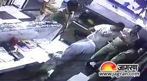 आगरा में पुलिस की दबंगई कैमरे में कैद