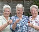 Three Cheers! जब ब्रिटेन में तीन जुड़वा बहनों ने मनाया अपना 80वां जन्मदिन
