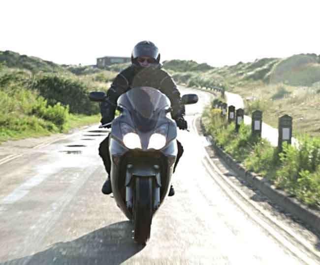 बाइक चालू होते ही जलेगी हेडलाइट, नहीं कर सकोगे बंद; जानिए