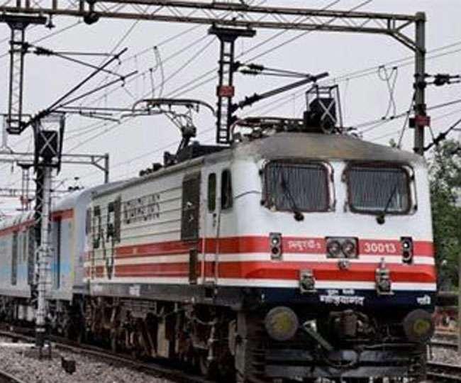 टिकट मांगने पर गुस्साया फौजी, चलती ट्रेन से टीटीई को बाहर फेंका