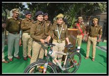 झंडा दिवस पर महिला कांस्टेबल को साइकिल भेंट की