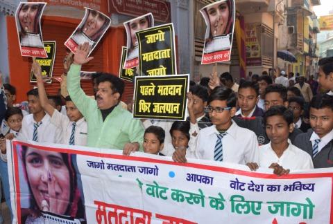 छात्रों ने मतदाताओं को किया जागरूक