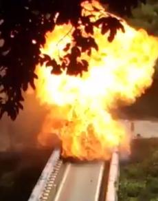 pics: धमाकों से दहला हल्द्वानी-भीमताल मार्ग, गैस सिलेंडर ले जा रहे ट्रक में लगी आग