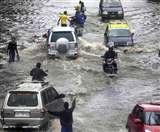 मुंबई में भारी बारिश के कारण रेल और सड़क यातायात बाधित
